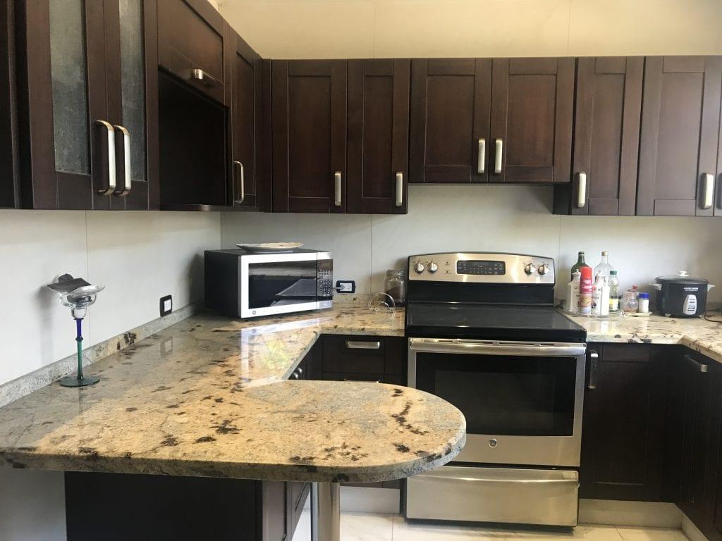 Cómodo apartamento amueblado, de 2 habitaciones para Alquilar en La Uruca, $1.200