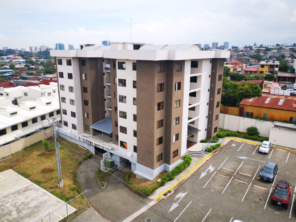 Se ALQUILA – Apartamento AMOBLADO en Condominio súper CÉNTRICO y SEGURO – San José.